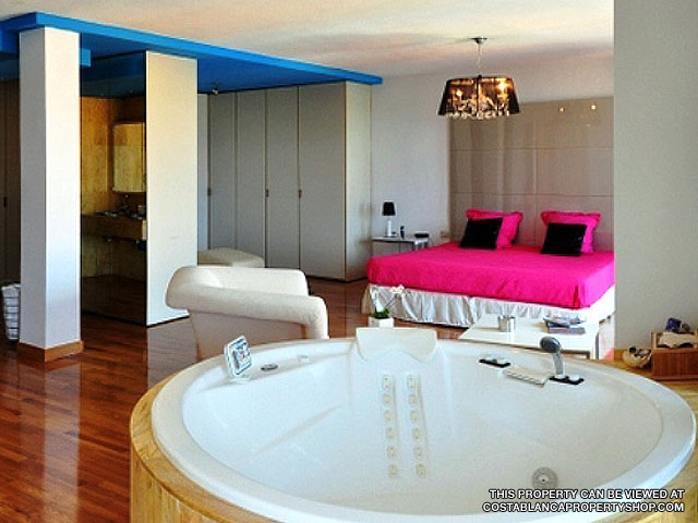 Large Bedroom with Jacuzzi - Townhouse for Sale, Campoamor, Costa Blanca.